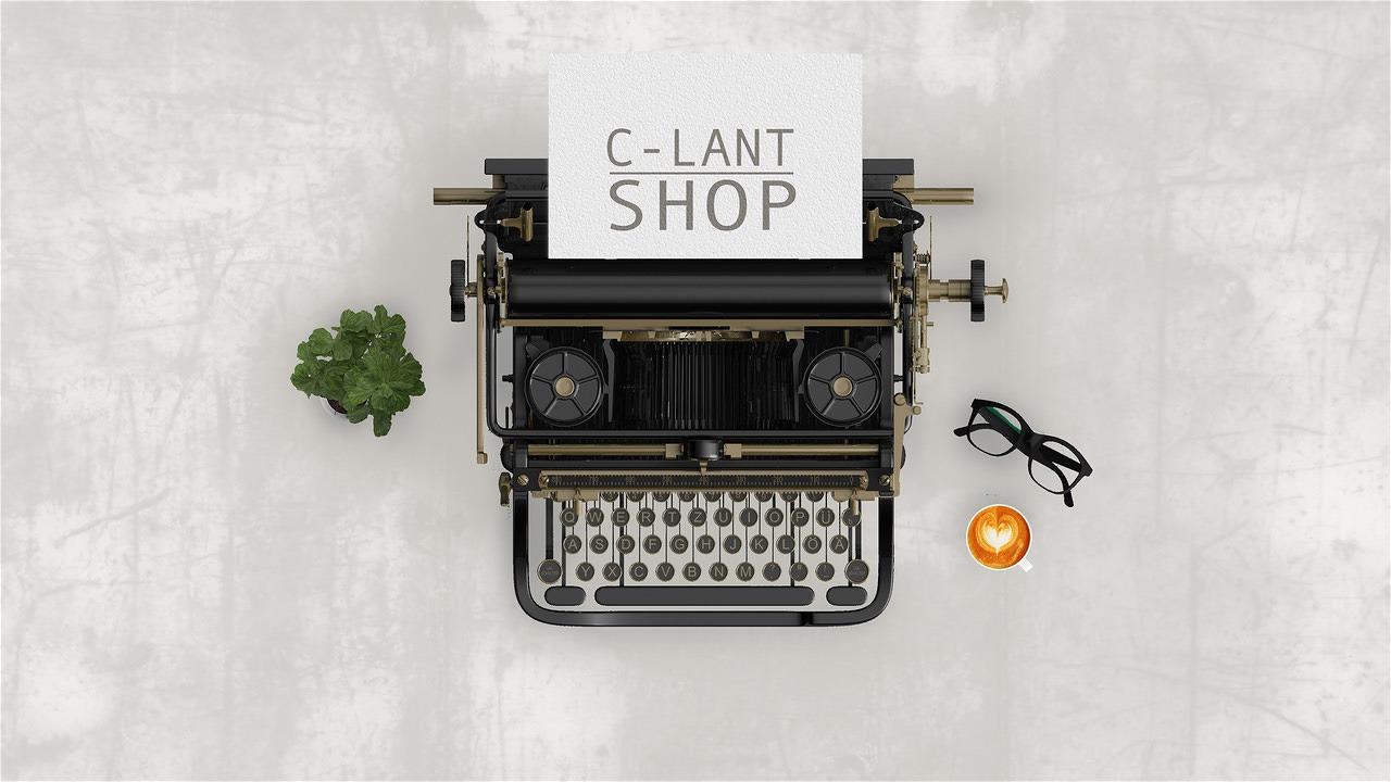 Een oude schrijfmachine, koffie en een bril