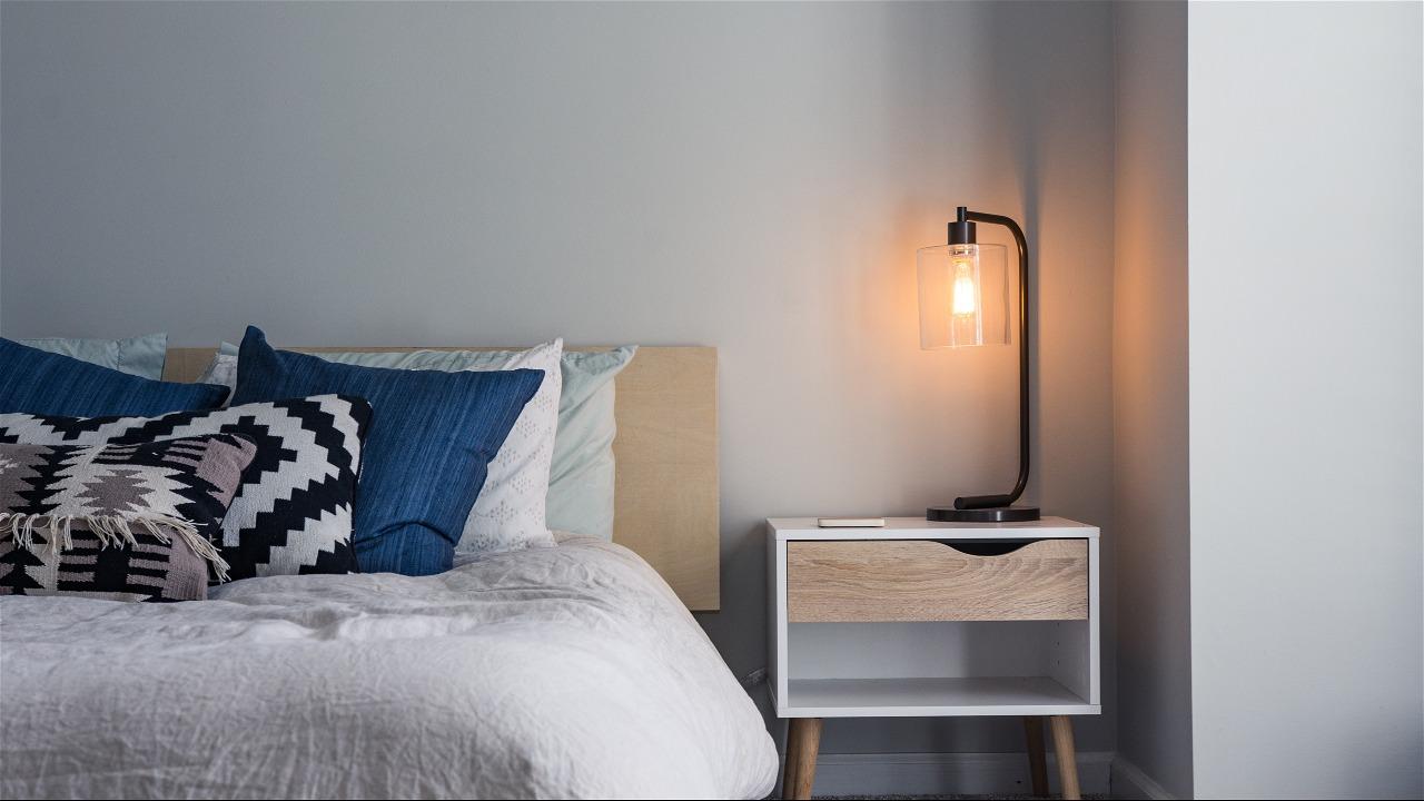 Bed met kussens, nachtkastje en lampje